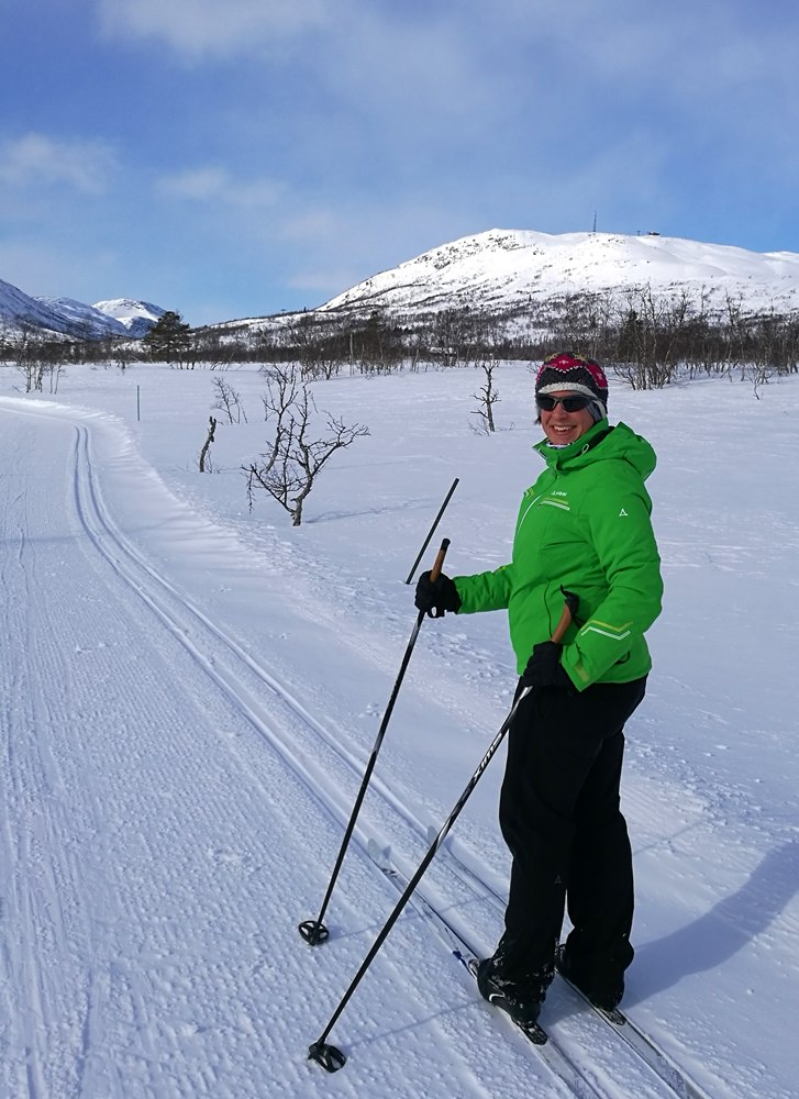 Fjell-Glück beim Langlaufen in Norwegen, im Hintergrund der Nos und das Alpin-Skigebiet. | Hovden, Norwegen