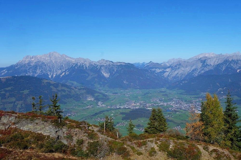 Blick hinab nach Saalfelden und zu den Leoganger Steinbergen | Salzburger Land, Österreich