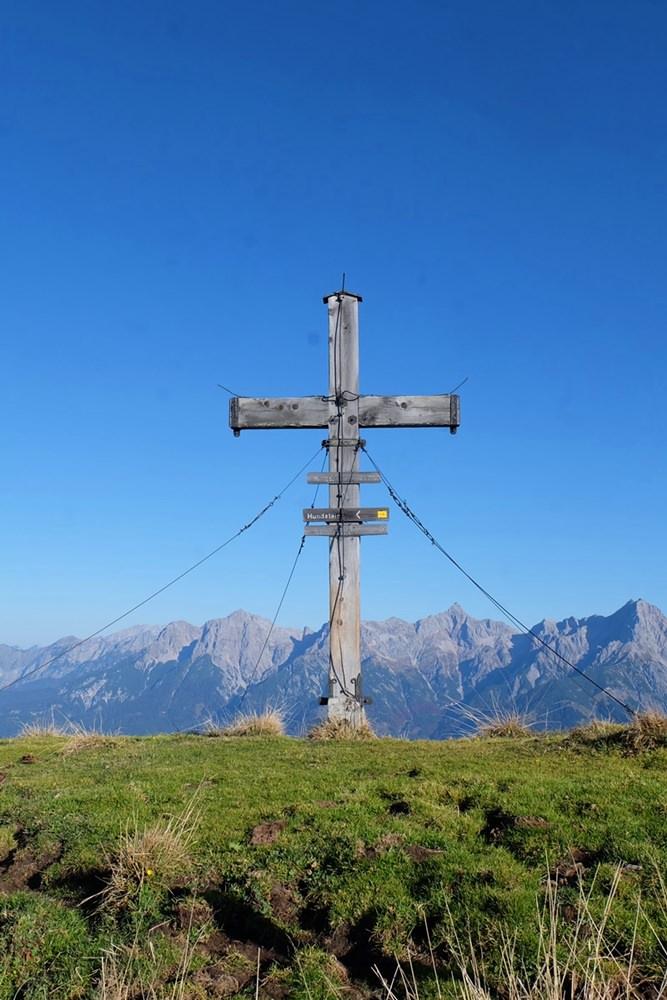 Das einsame Gipfelkreuz am Hochegg im Pinzgau | Österreich