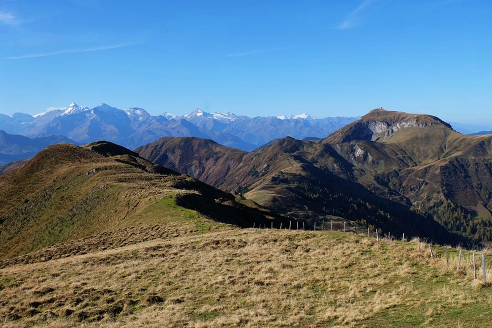 Ausblick über Grasberge und Felsberge in Österreich