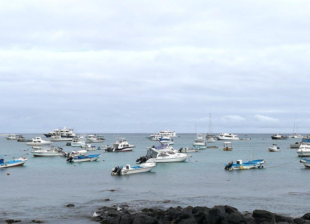 Schiffe im Hafen von San Cristobal - auf den Galapagos Inseln leben auch Menschen!