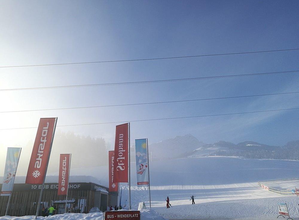 Die Eichenhof Talstation in St. Johann in Tirol am frühen Morgen - der Nebel kündigt einen perfekten Skitag an.