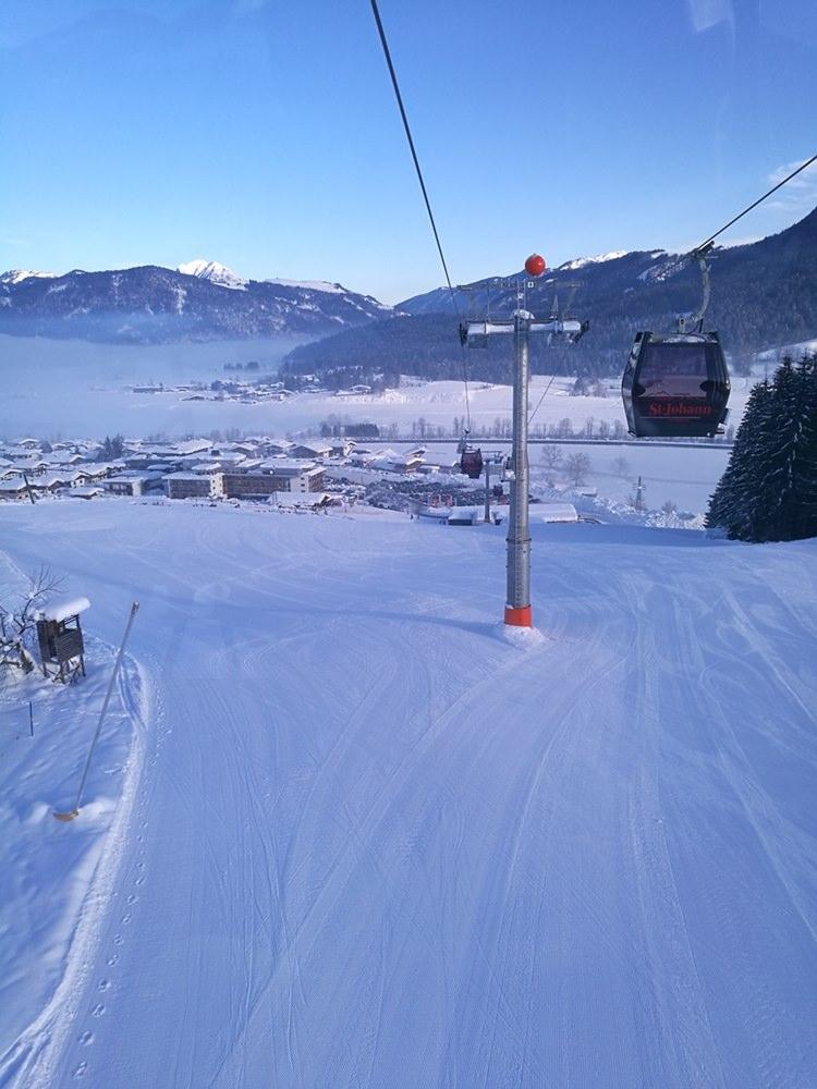 Zum Warm-Werden: eine breite blaue Piste nahe der Eichenhof Talstation | Skigebiet St. Johann in Tirol