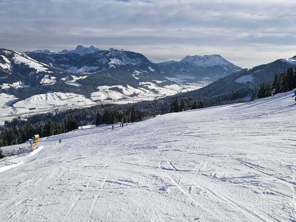 Bei so viel Platz lernt es sich gut, das Skifahren auf roten Pisten. | St. Johann in Tirol