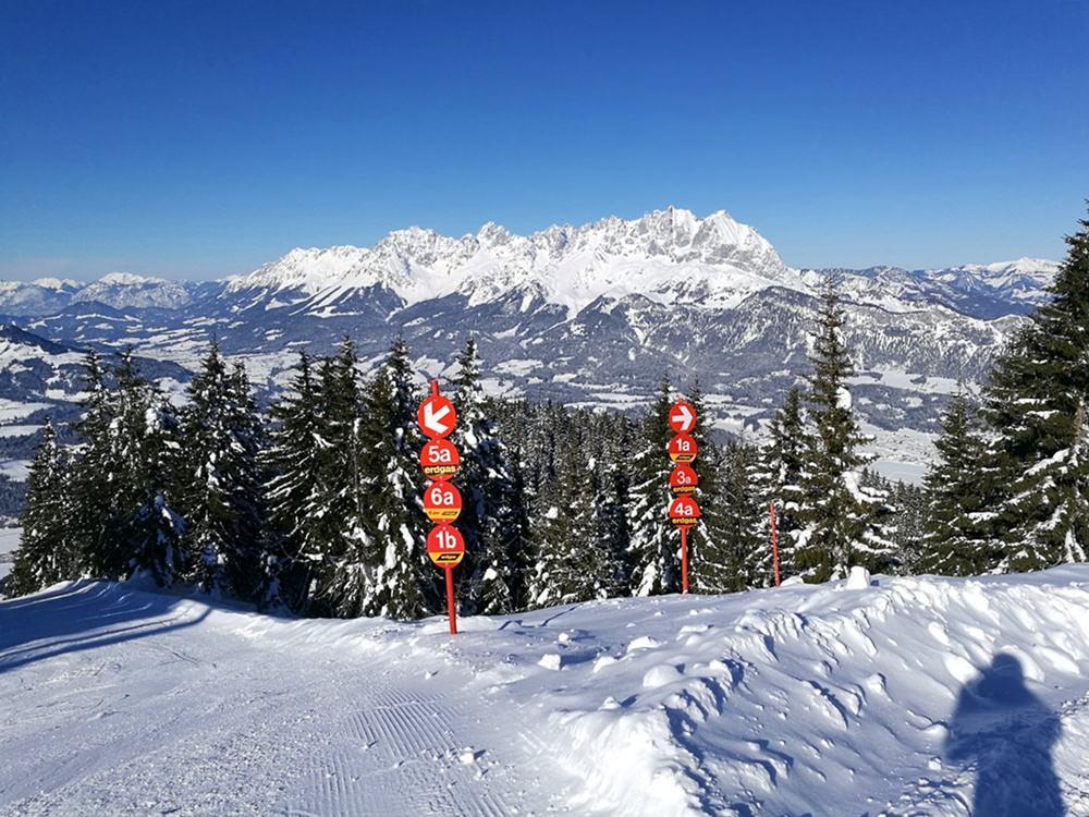 2 Wege führen vom Harschbichl Gipfel ins Tal. Beide sind rot. | Skigebiet Skistar St. Johann in Tirol