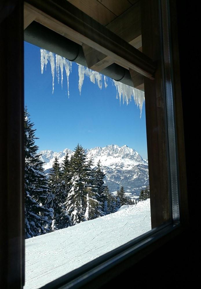 Ausblick aus der Harschbichl Hütte zum Wilden Kaiser, denn trotz Sonne ist es im Januar halt doch kalt. | St. Johann in Tirol