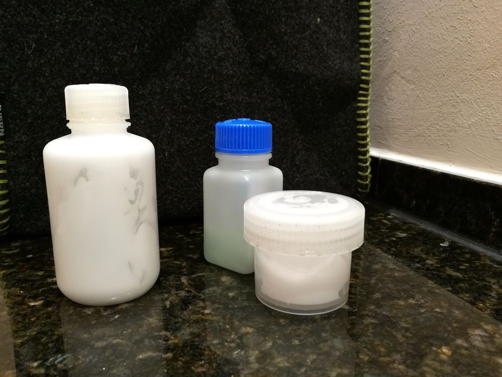 Weniger Plastikmüll, indem man Shampoo in Mehrweg-Fläschchen umfüllt.