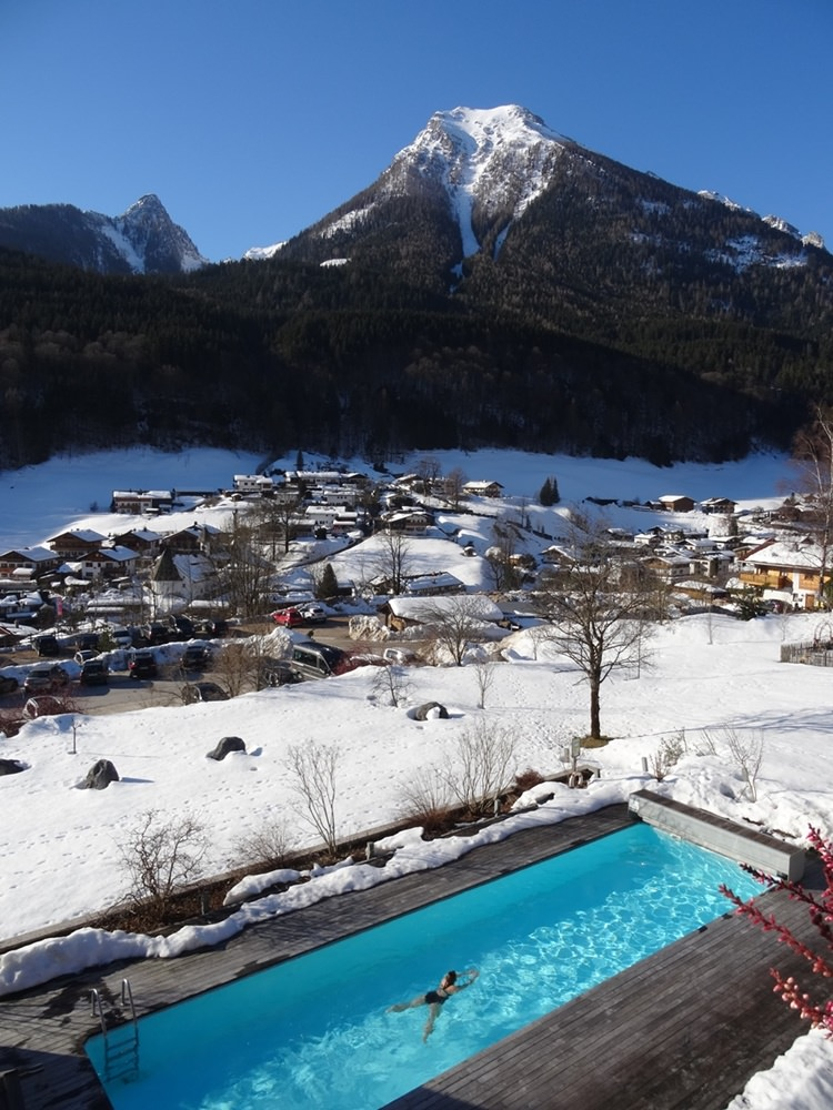 Blick vom Balkon auf schwimmendes Gipfelglück im Außenpool des Berghotel Rehlegg | Bergsteigerdorf Ramsau