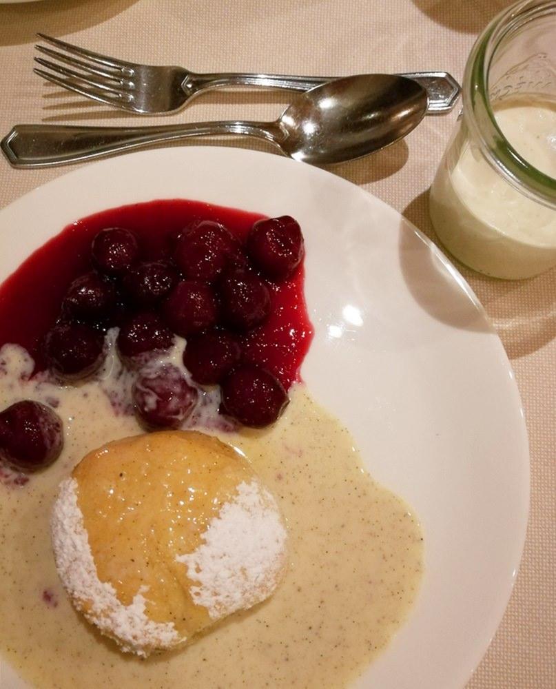 Süße Schmankerl - kleine Rohrnudeln mit Vanillesoße und Sauerkirschen | Hotel Rehlegg Ramsau