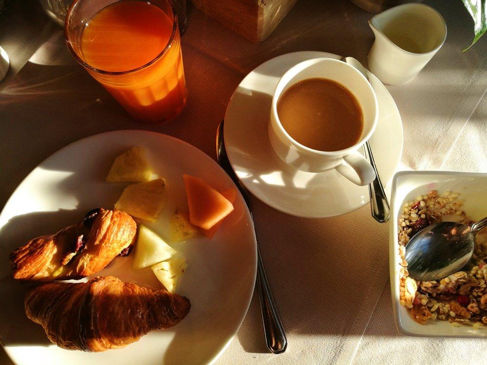 Die Sonnenstrahlen fallen auf den Frühstückstisch im Berghotel Rehlegg | Bergsteigerdorf Ramsau