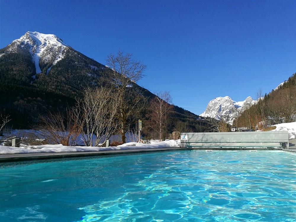 Außenpool in den Bergen mit Schnee drumherum - und mit gutem Gewissen! | Berghotel Rehlegg Ramsau