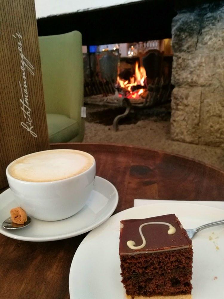 Kuchen am Kamin - nachmittags im Berghotel Rehlegg | Bergsteigerdorf Ramsau
