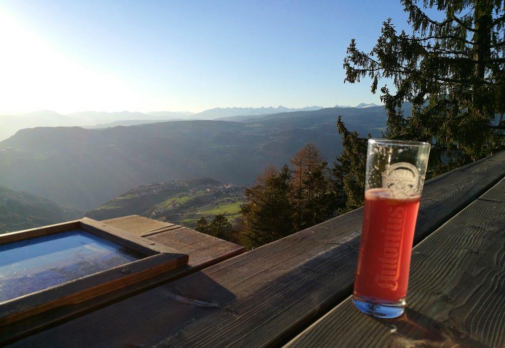 Ein erfrischendes Skiwasser auf der Terrasse der Hofer Alp | Frühling in Südtirol