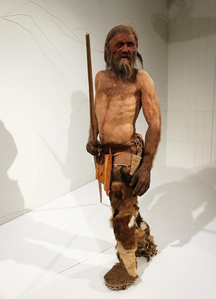 So lief er in den Ötztaler Bergen herum...und wurde umgebracht. Ötzi im Archäologischen Museum Bozen.