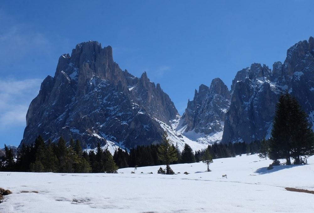 Blick zur Langkofelscharte von der Seiser Alm aus. | Südtirol im Frühling