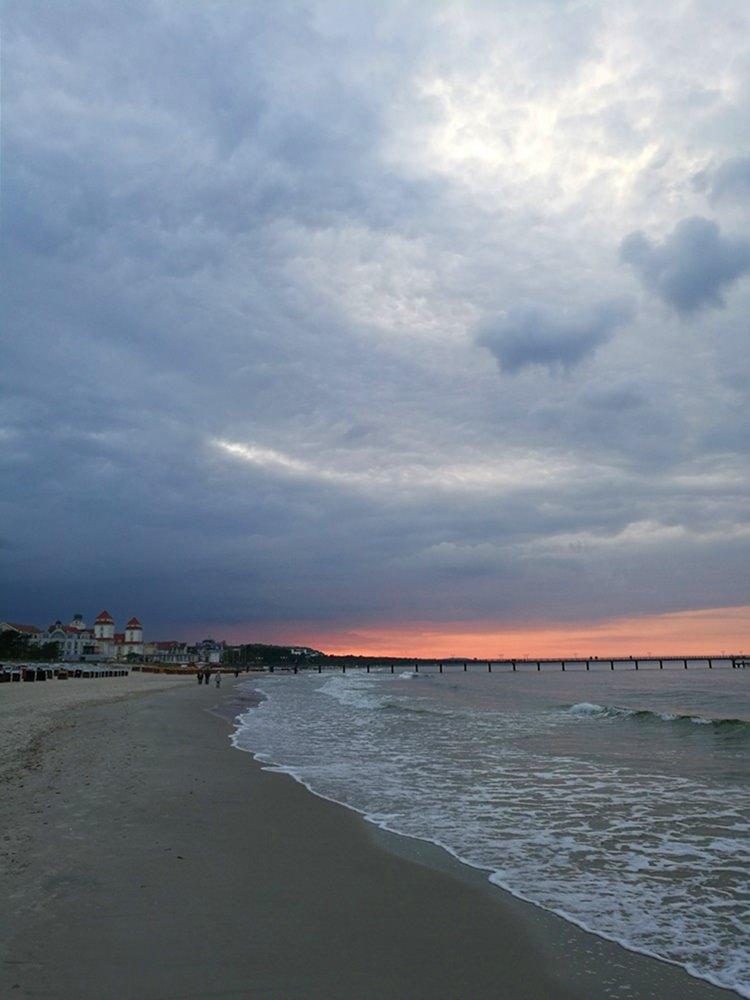 Wolkenspiel und Sonnenuntergang am Strand von Binz auf Rügen