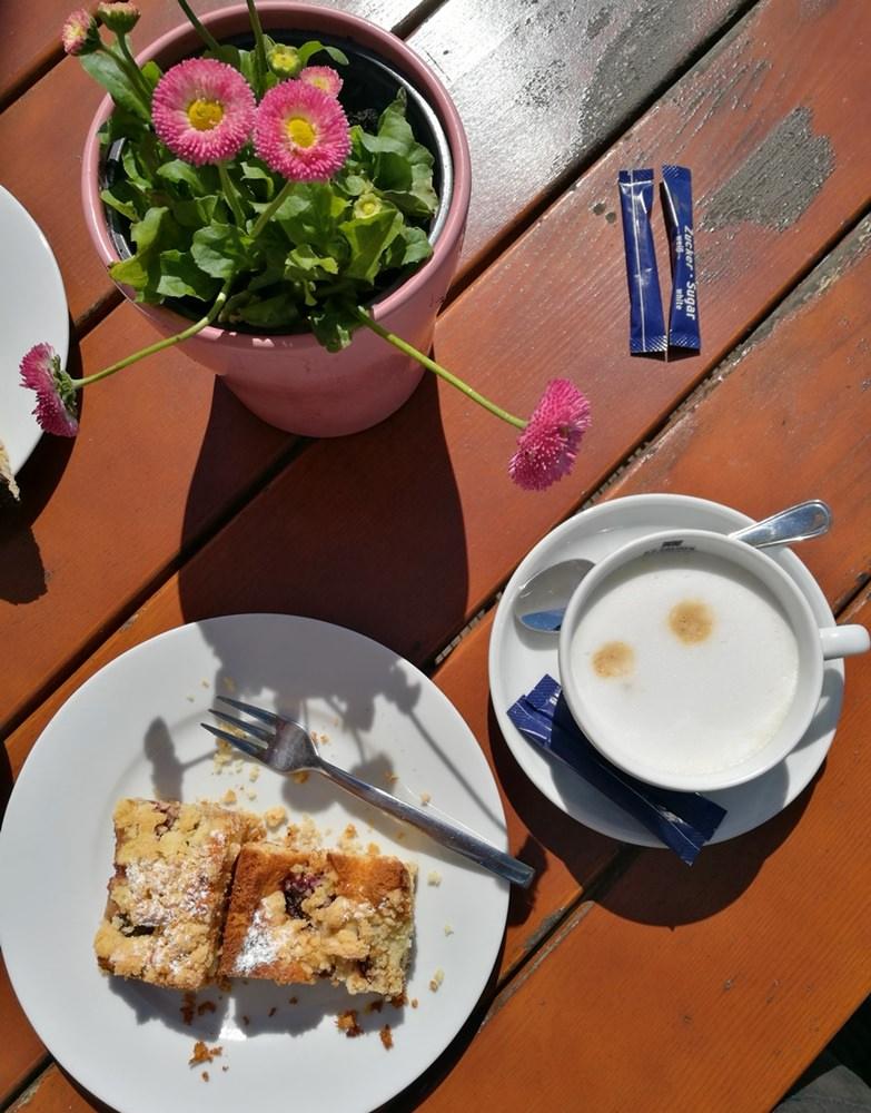 Kaffee und Kuchen mit Hafenblick in Schaprode