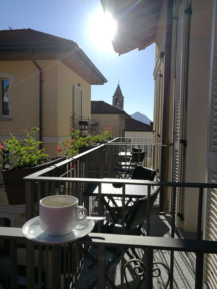 Kaffee am Lago Maggiore - Symbolfoto. Diese Tasse habe ich aus dem Frühstücksraum mit auf meinen Hotelzimmerbalkon genommen...