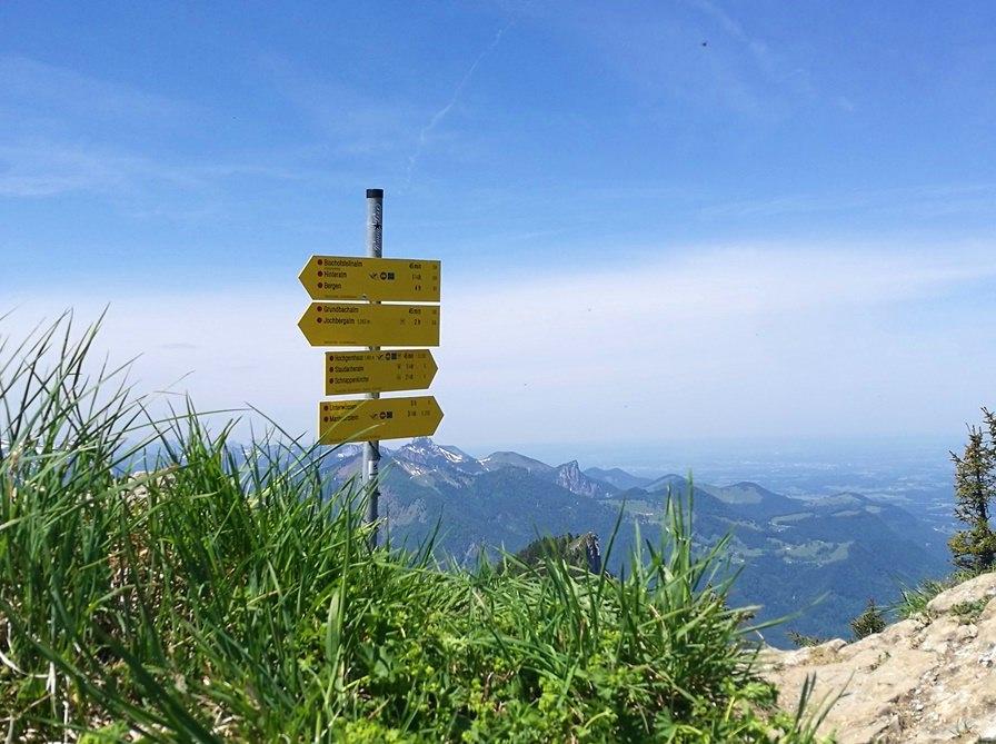 Wo Ruhe und Trubel aufeinander treffen: kurz vorm Hochgern-Gipfel | Bike & Hike von Ruhpolding übers Eschelmoos