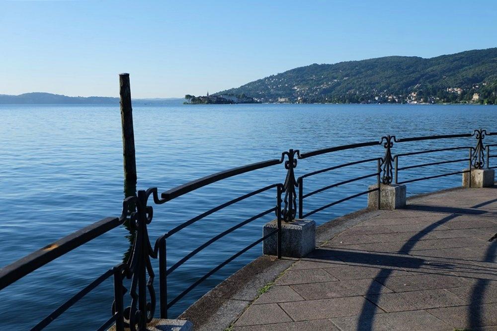 An der See-Promenade von Baveno früh am Morgen. In der Luft der Duft von Kaffee und Croissants...   Italien