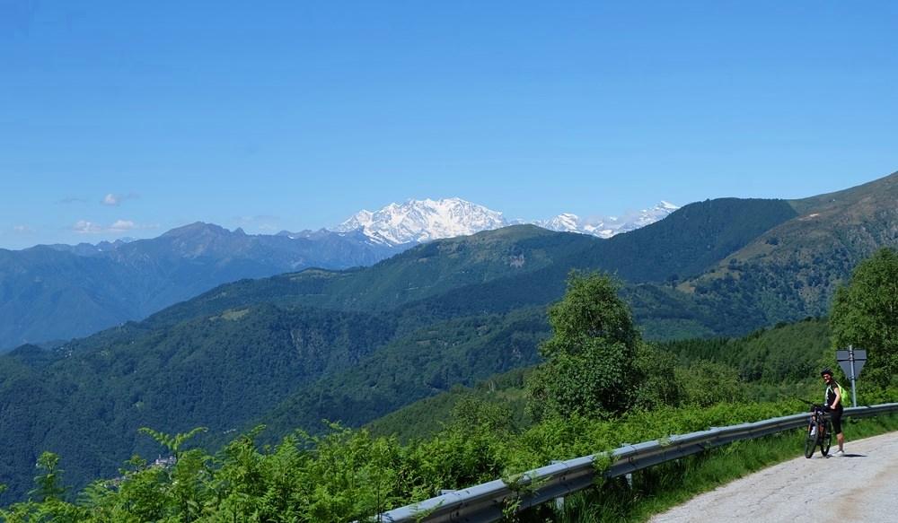 Blick zum Monte Rosa Massiv am Horizont mit der Dufourspitze 4634 m, das Grenzgebiet von Piemont, Aostatal und Wallis.