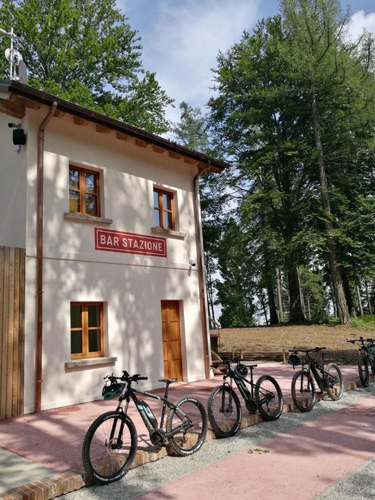 Bar Stazione mitten im Mountainbike Trail Gebiet am Mottarone, dem Hausberg von Stresa   Italien