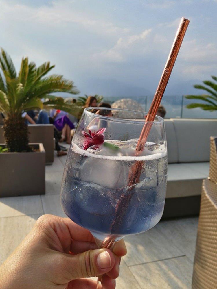"""Ein """"Violetta Spritz"""" in der Sky Bar in Stres. Cocktail und Himmel in der gleichen Farbe."""