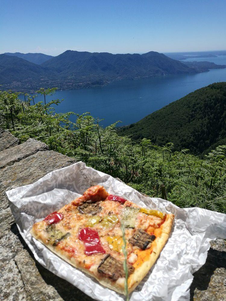 Picknick mit Pizza aus der vermutlich besten Bäckerei am Lago Maggiore.