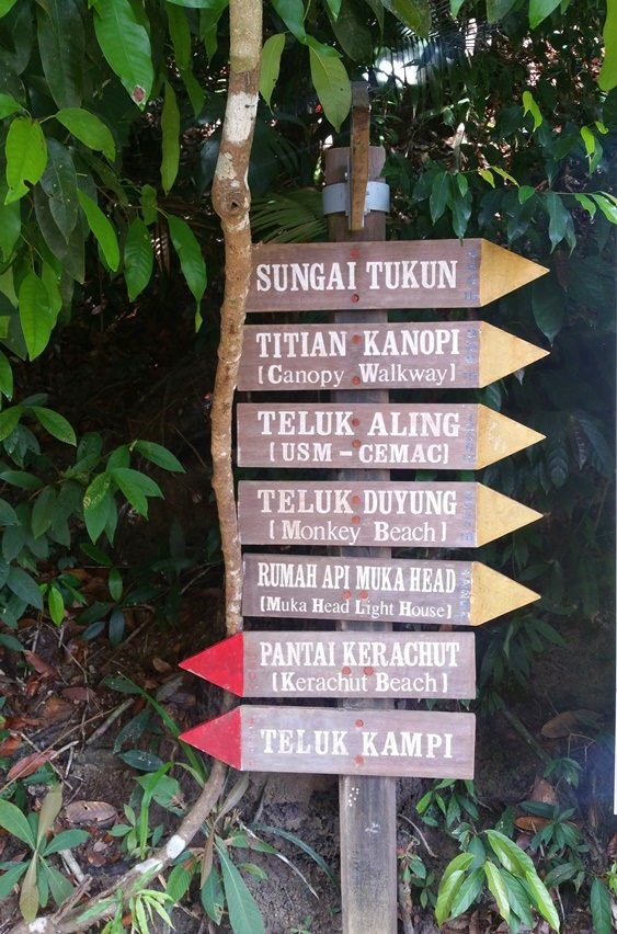 Schilder für Wanderungen im Penang Nationalpark in Malaysia