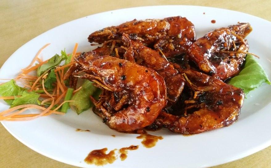 Ein Teller scharfe Shrimps als Snack beim Warten auf den Bus.   Penang National Park, Malaysia