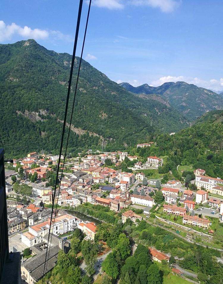 seilbahn blick auf varallo am Lago Maggiore