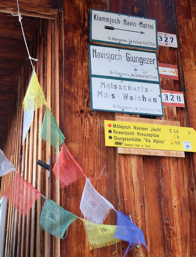 Inntaler Höhenweg Schilder an der Wand der Hütte