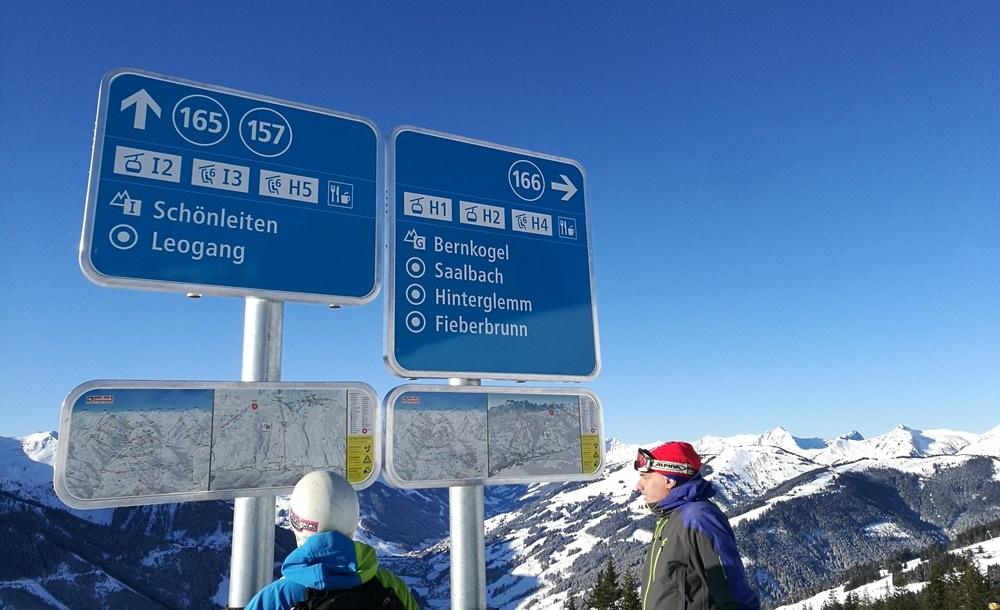 Schilder an der Piste im Skicircus Saalbach Hinterglemm Fieberbrunn Leogang