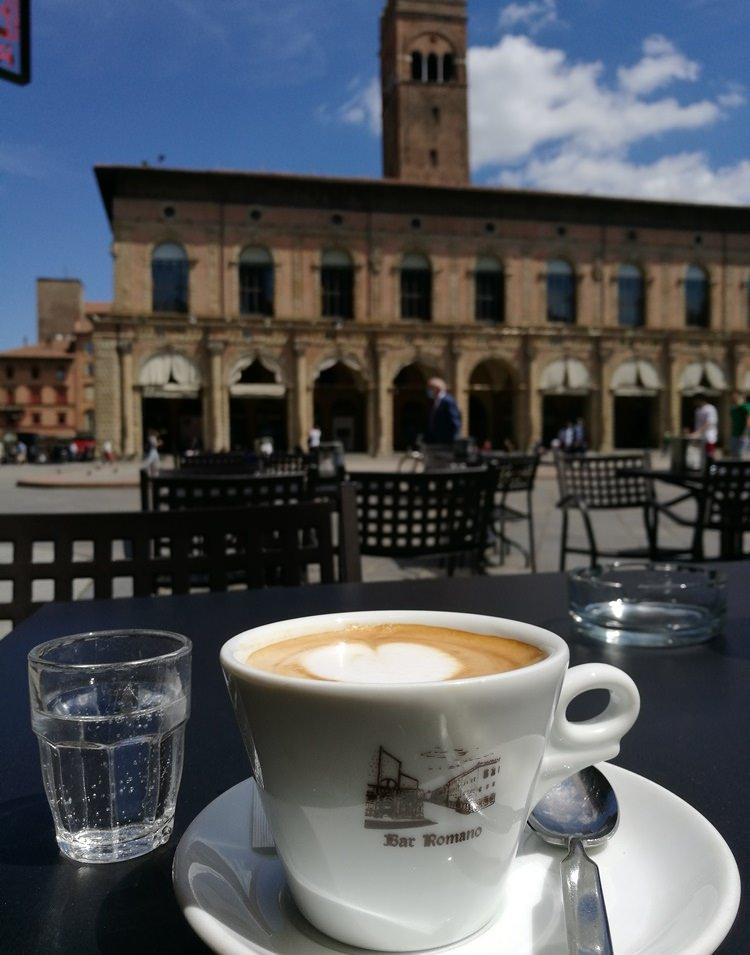 Cappucino am Domplatz in Bologna