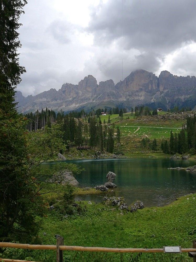 Karer See in Südtirol bei grauem Wetter