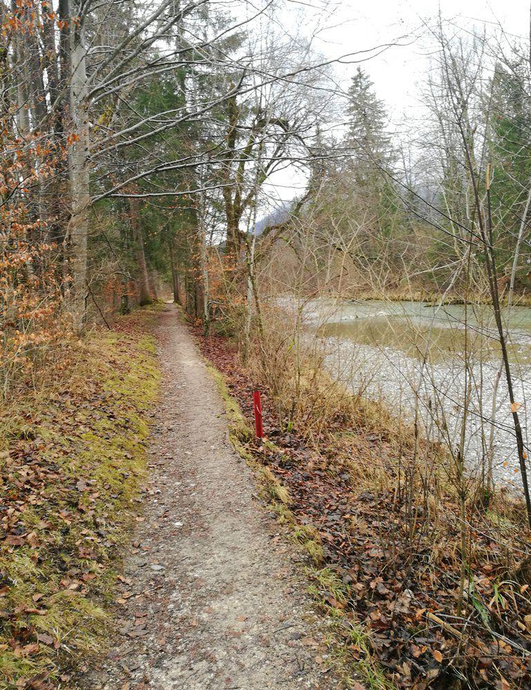 Spätwinter-Laufstrecke an der Traun in Ruhpolding