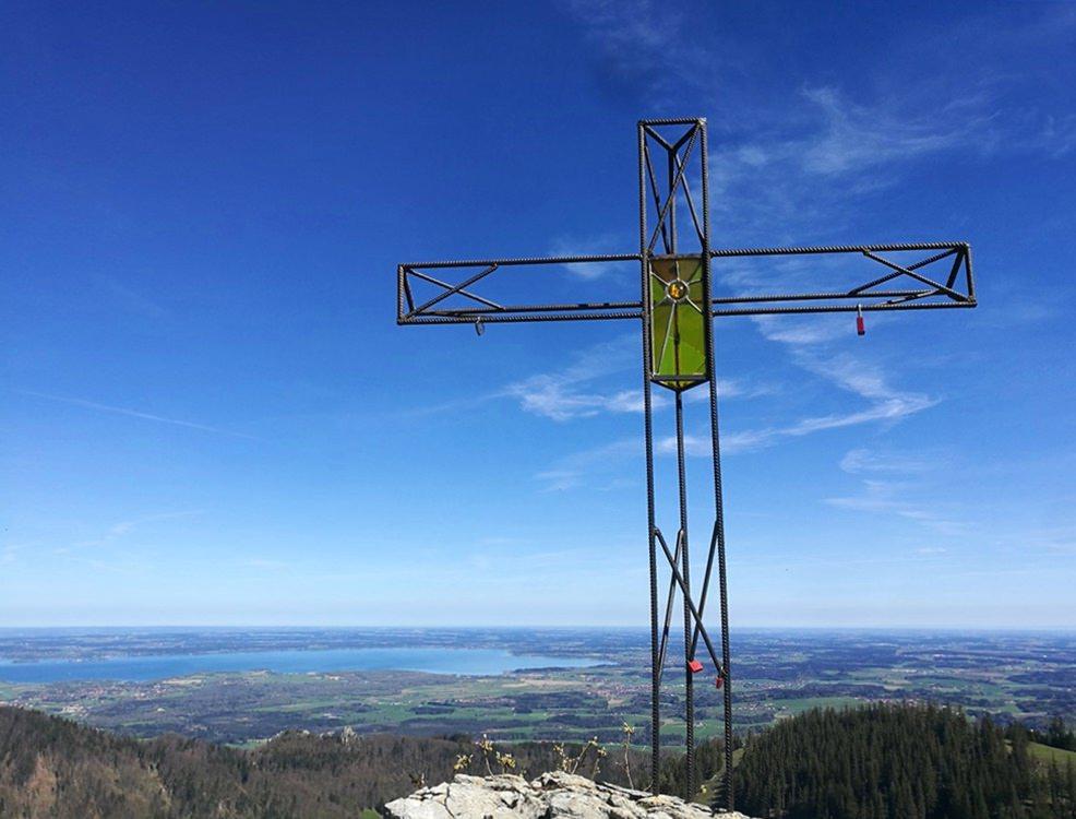 Kreuz an der Bründlingalm mit Chiemsee