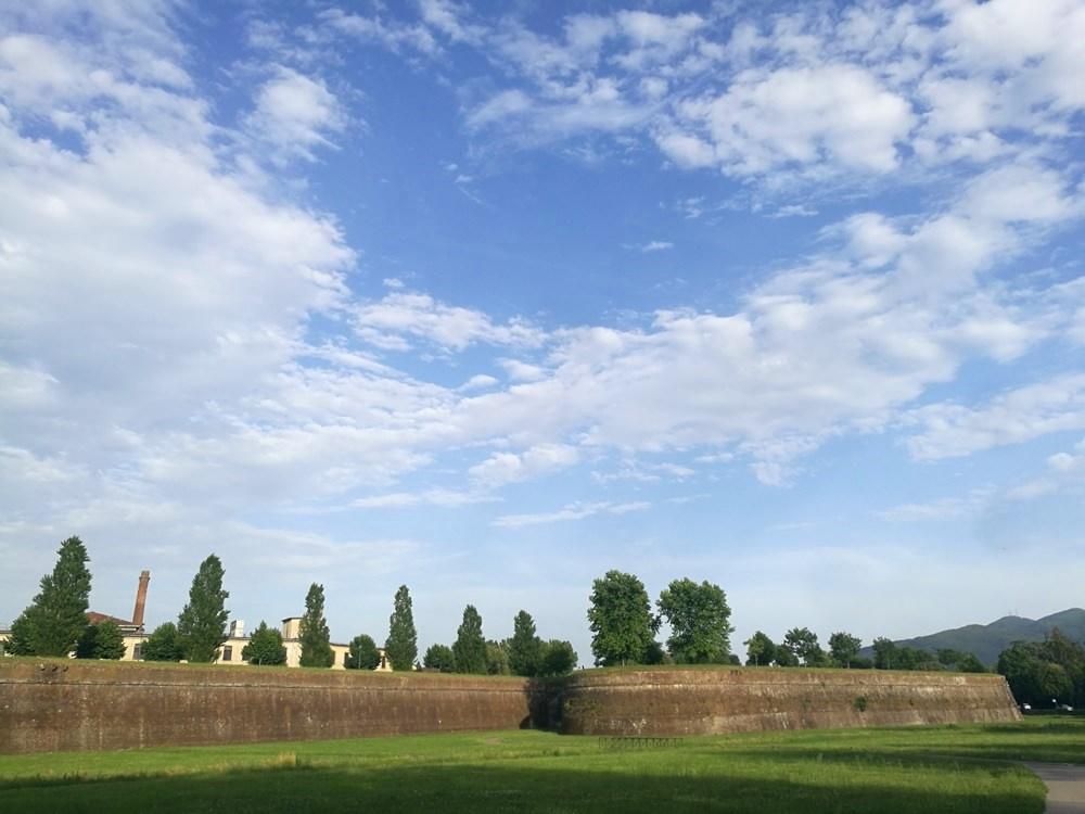 Blick auf die Stadtmauer von Lucca